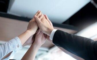 Mãos de sucesso arranjar o trabalho em equipe comercial.