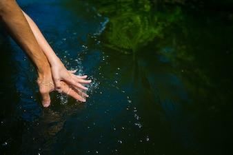 Mãos de um casal preso na água