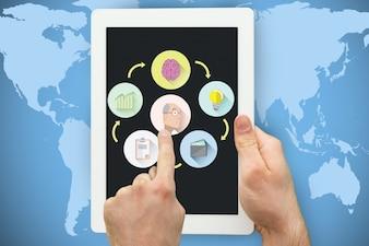 Mãos manipulação de um tablet