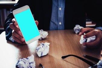 Mãos segurando tela vazia de telefone inteligente com conceito de estresse