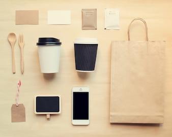 Maquete de branding de identidade do café definida a partir da vista superior com efeito de filtro retro