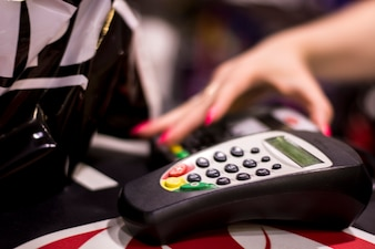 Máquina de cartão de crédito. Conceito de compras