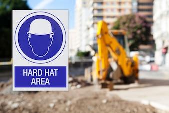 Máquina de obras e cartaz de segurança