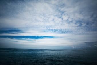 Mar frio e céu nublado.