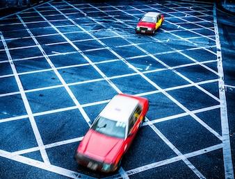 Marcas na estrada de asfalto e veículos em movimento