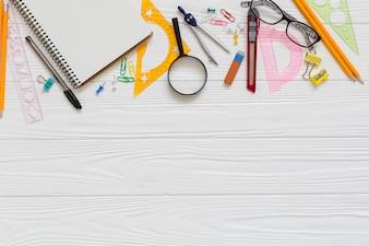 Materiais técnicos de desenho e óculos