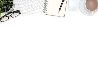 Material de escritório com computador na mesa branca