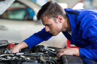 Mecânico manutenção de um motor de carro