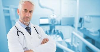 Médico focado macho moderno