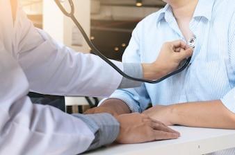 Médico verifique o corpo por estetoscópio Cuidados de saúde