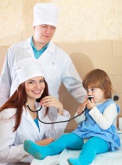 Médicos que trabalham com o bebê