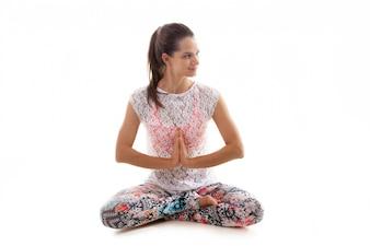 Meditando mulher nova alegre