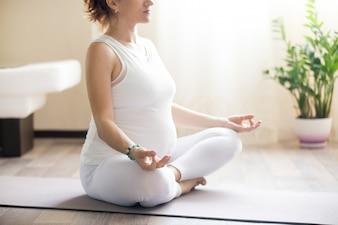 Meditando mulher