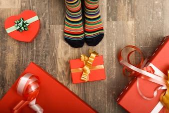 Meias listradas com presentes vermelhos