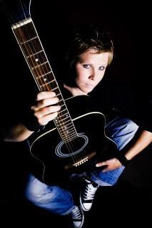 menina a tocar guitarra