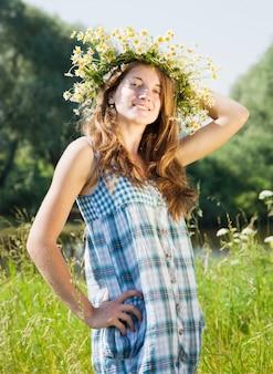 Menina adolescente em camomiles chaplet