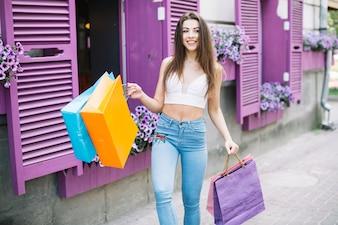 Menina andando depois de fazer compras