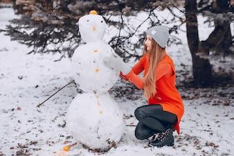 Menina com boneco de neve