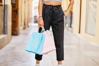 Menina com compras na rua