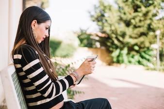 Menina com gadget na rua