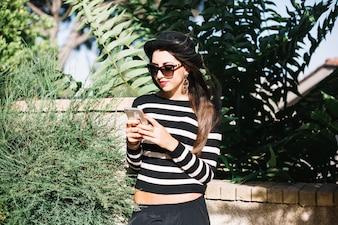 Menina com smartphone