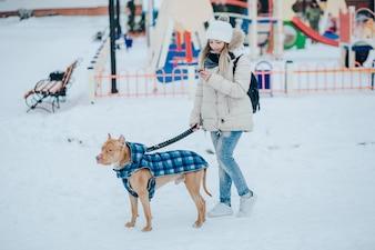 Menina com um cachorro