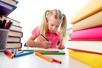 menina concentrada cercado por livros coloridos