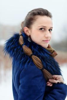 Menina de casaco azul no inverno