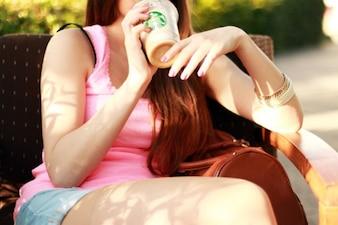 Menina e takeaway café