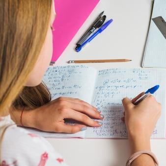 Menina estudando matemática