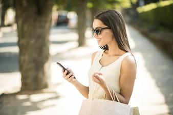 Menina fazendo compras e conversando ao telefone