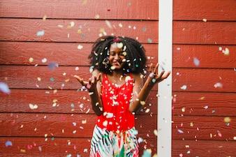 Menina feliz com confete