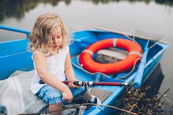 Menina feliz no barco