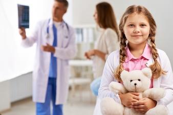 Menina feliz no médico