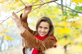 Menina feliz no parque de outono