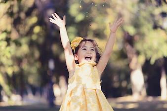 Menina feliz que ri no parque