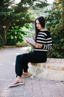 Menina lendo na natureza