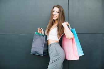 Menina linda com sacolas de compras