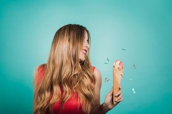 Menina loira com sorvete de confete