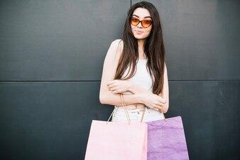 Menina morena depois de fazer compras