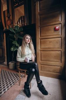 Menina no café