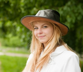 Menina no chapéu contra o parque