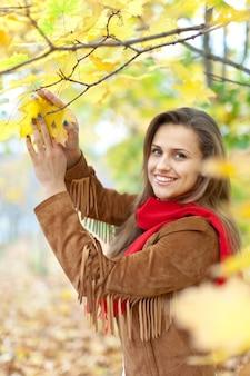 Menina no parque de outono