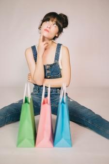Menina pensando depois de fazer compras