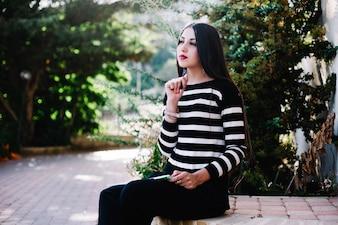 Menina pensando na natureza