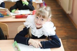 menina pequena escola