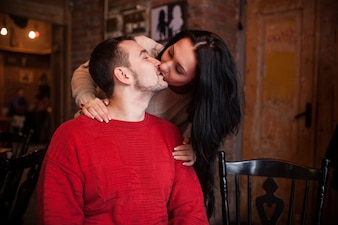 Menina que beija o homem no café