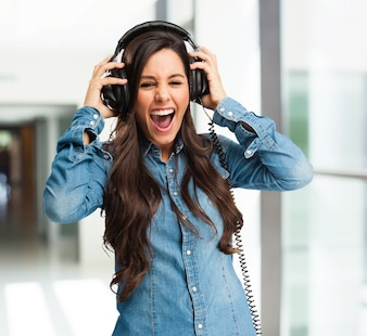 Menina que grita ao escutar a música