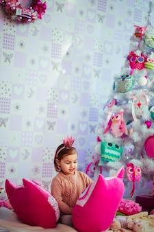 Menina que joga com bonecas