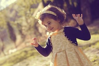 Menina que joga no parque